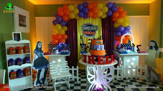 Decoração de festa de aniversário provençal simples Cúmplices de um Resgate com cortinas e elipse