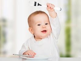 Mengenalkan pola makan sehat pada bayi
