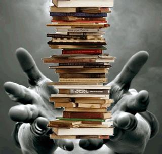 Resultado de imagem para livros na mão