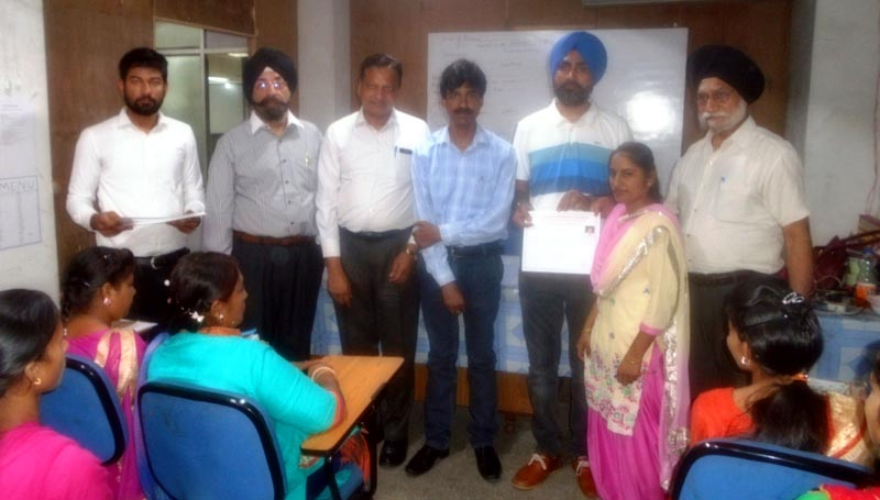 Successful Trainees of RSETI receiving Certificate