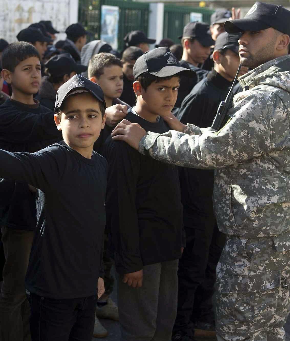 Crianças e adolescentes em campo de treino do Hamas