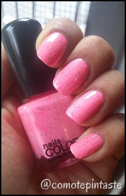 Swatch del esmalte. Es rosado con glitter negro