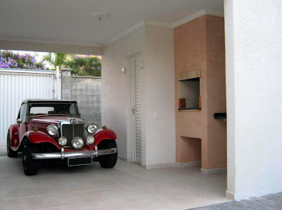Um ambiente. Dois usos. Garagem durante a semana e área de lazer aos domingos.