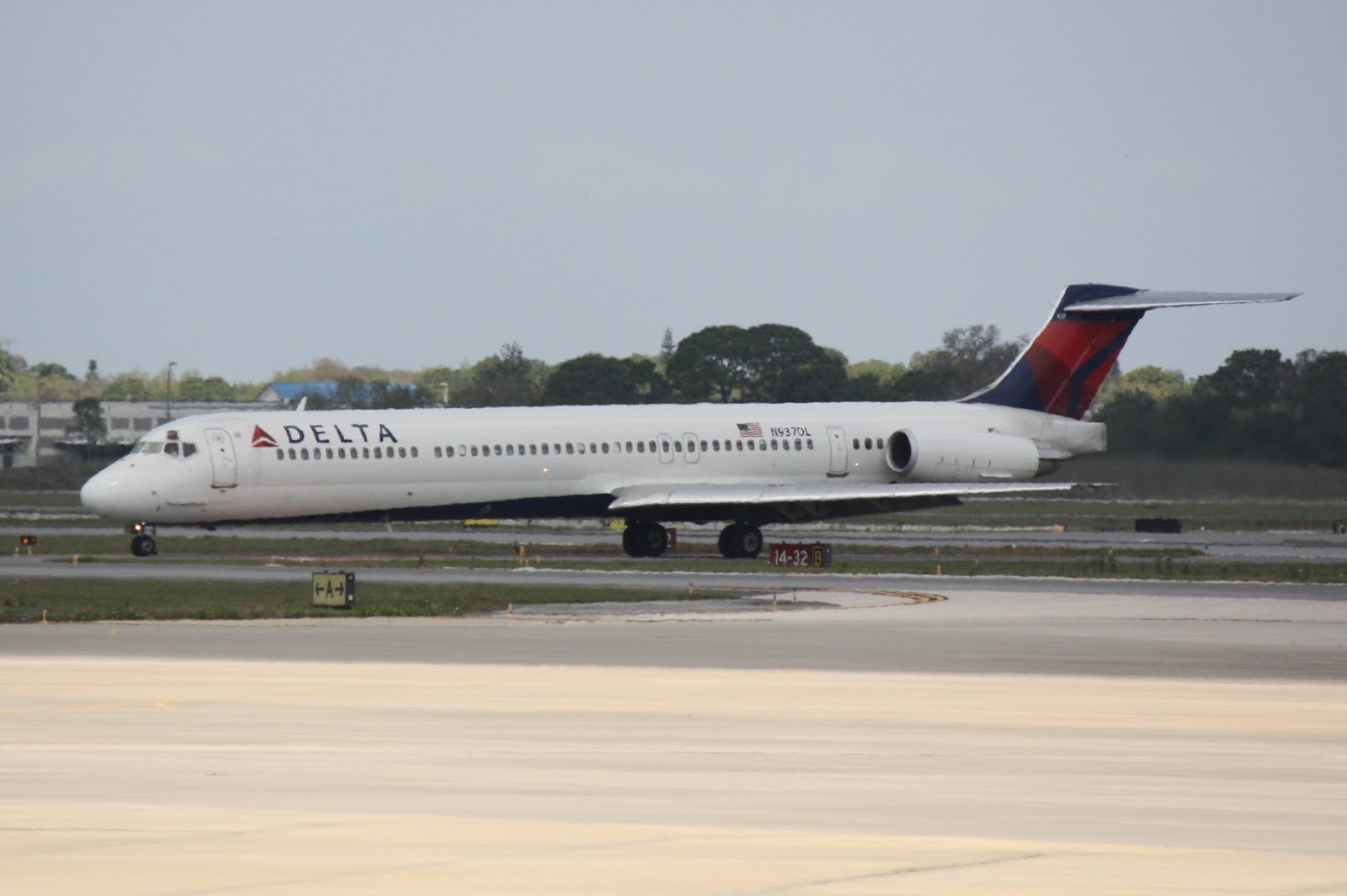 Delta McDonnell Douglas MD-88 (N927DL) | Donten Photography - Above