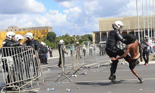 Manifestantes põem fogo no Ministério da Agricultura; prédios evacuados