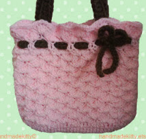 http://translate.google.es/translate?hl=es&sl=en&tl=es&u=http%3A%2F%2Fhandmadekittyblog.blogspot.com.es%2F2010%2F01%2Fpink-bag-with-bow-crochet-pattern.html