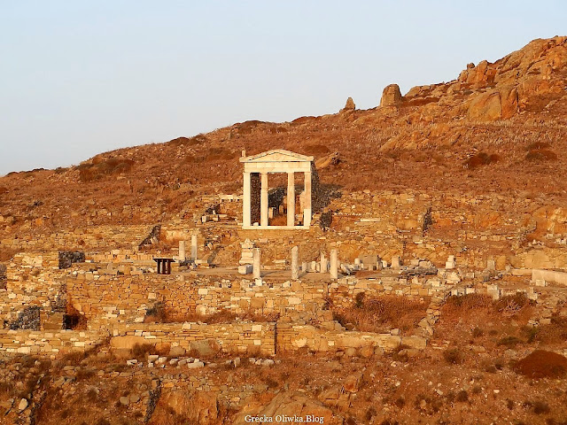 widok na zabytkowe ruiny Taras Obcych Bogów Delos Grecja
