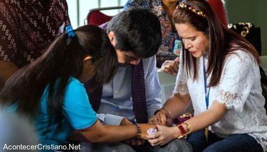 Manny Pacquiao orando por mujer en Indonesia