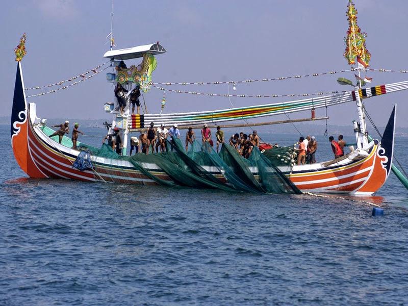 nelayan muncar menarik jaring ikan