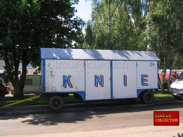Roulotte à matériel servant aussi pour le transport des éléphants en cas de problème