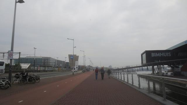 Fußweg vom Hafen Amsterdam ins Zentrum