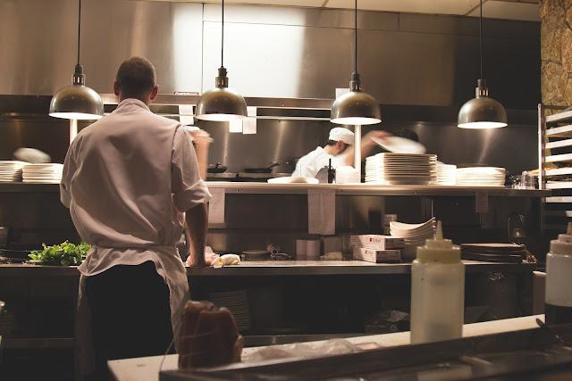 Jak zadbać o czystość naczyń w restauracji?