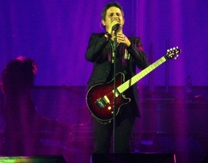 Foto de Alejandro Sanz cantando en concierto