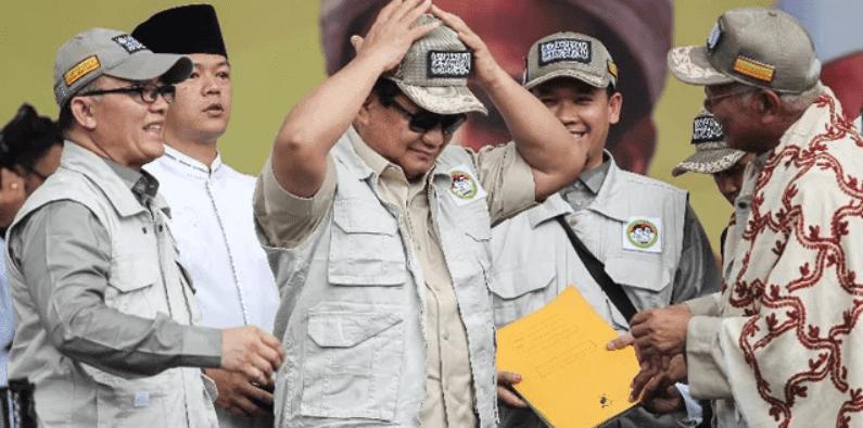 """""""Tenang,  Prabowo Sholatnya Masih Hadap Kiblat Kok Bukan Hadap Kamera"""""""