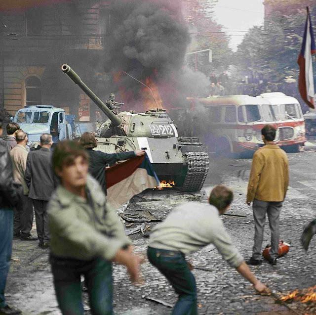 1968: manifestantes enfrentam tanques soviéticos em Praga.