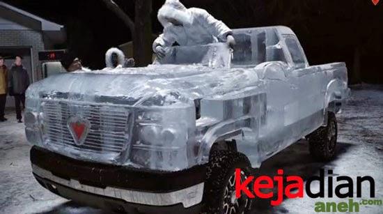 Uniknya Mobil Truk Terbuat Dari Es Batu