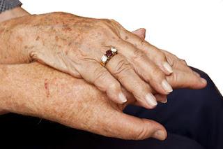 Comment atténuer les taches de vieillesse (taches brunes) sur les mains/le visage?