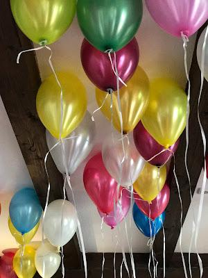 Bunte Ballons, Bunte Sommerblumen-Hochzeit am See und in den Bergen, Riessersee Hotel Garmisch-Partenkirchen, Bayern, nahe der Zugspitze, Hochzeitsplanerin Uschi Glas