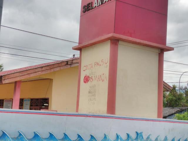 vandalisme gerbang timur majene