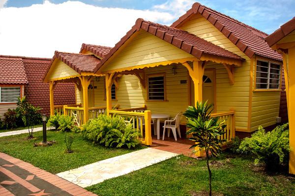 Bungalows créole avec terrasse et jardin tropical