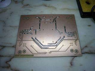 Placa de circuito impresso com pistas estanhadas.