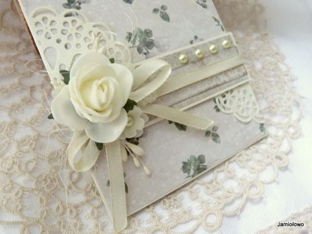 skromna różana kompozycja na kartce