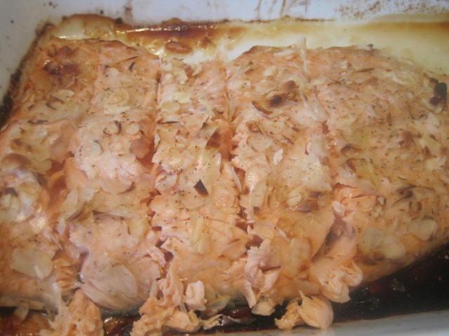 Olgas: Bagt laks med honning, lime og mandler