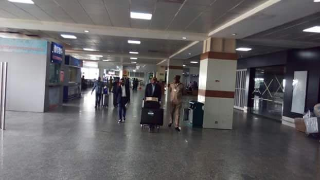 Photos: Peter Obi surprises airport staff by carrying luggage himself