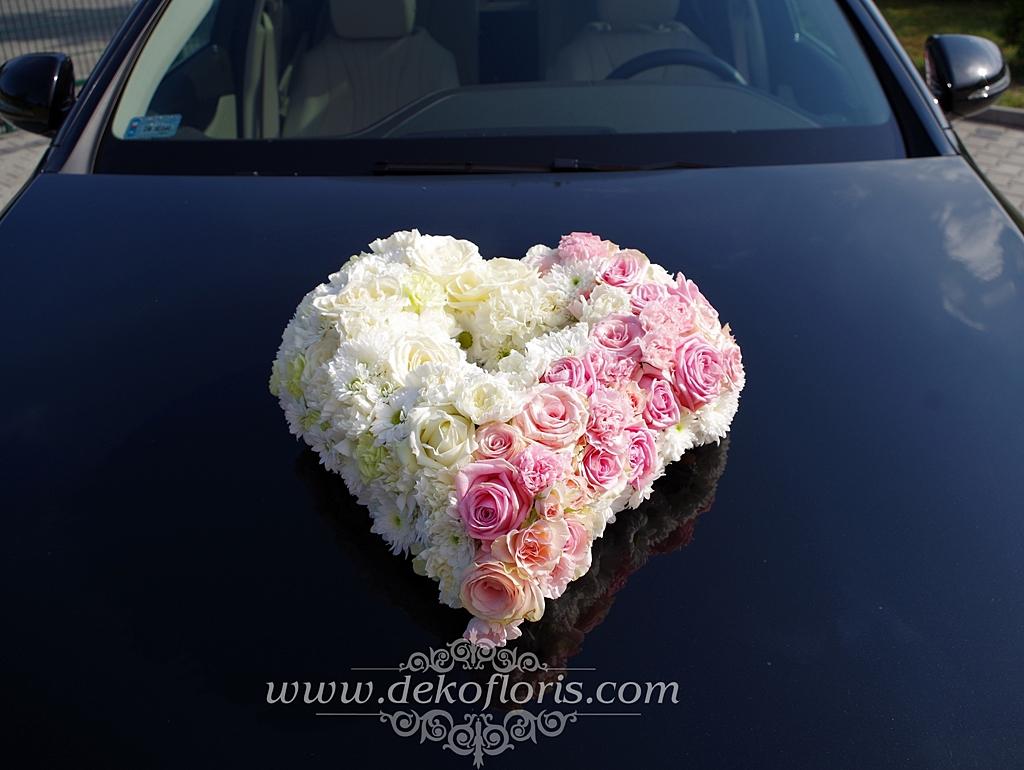 Dekoracja samochodu ślubnego - kwiatowe różowo białe serce