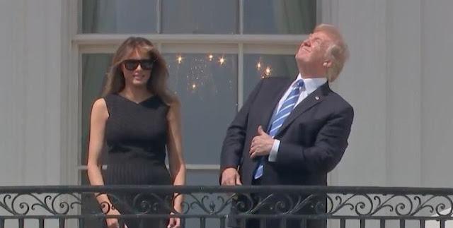 Donald Trump foi visto na varanda da Casa Branca tentando vislumbrar o eclipse solar, mas ele fez algo que não é recomendável cientificamente.
