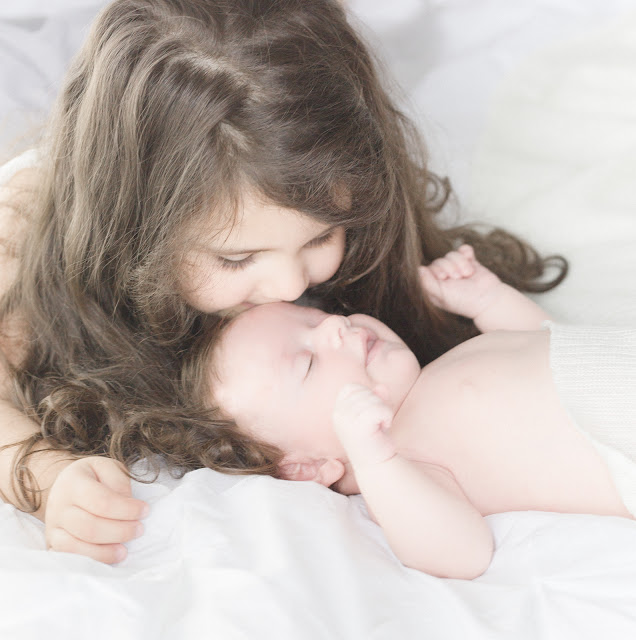 Sibling lifestyle photography in Toronto. Natural, airy, light-filled portraits.Sibling posing by Marissa Martine.