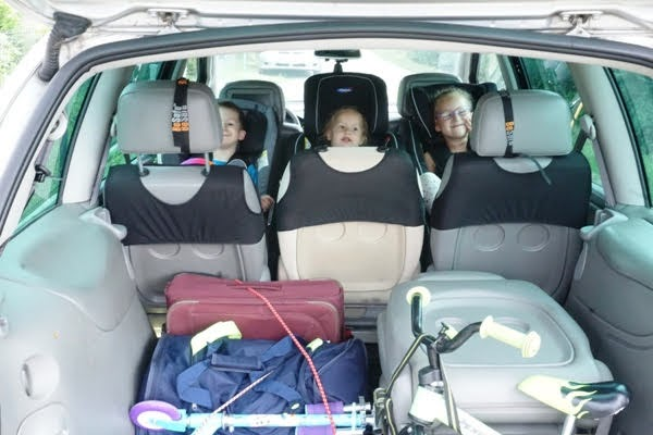 trójka dzieci w fotelikach tyłem do kierunku jazdy, ford galaxy i spakowane bagaże