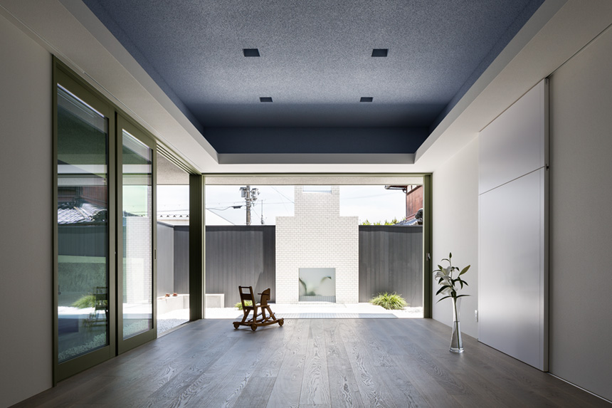 Casa giapponese con cortile bianco per lo yoga by kouichi for Casa a forma di u con cortile
