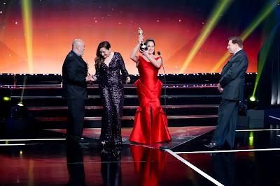 Silvia recebe seus troféus (Crédito: Lourival Ribeiro/SBT)