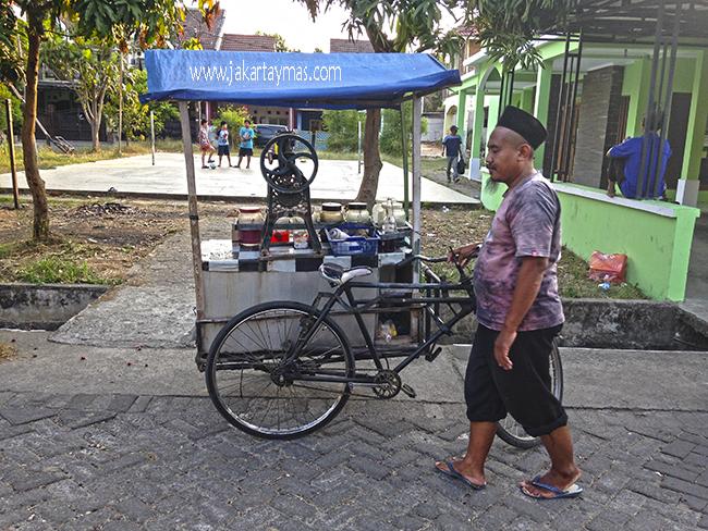 Vendedor ambulante de es campur en Yakarta