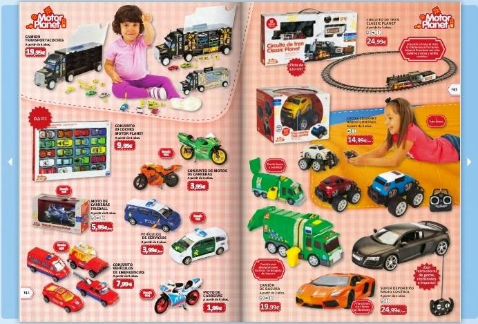 Niña jugando con juguetes de color rosa 8
