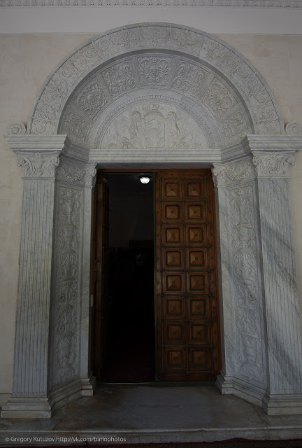 вход в Ливадийский дворец. красивые двери