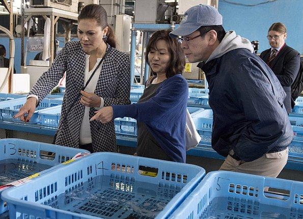 Crown Princess visited the Tsukiji fish market, Hamarikyu Gardens and Swedish embassy, met with Pepper the Humanoid Robot. Oscar de la Renta floral dress