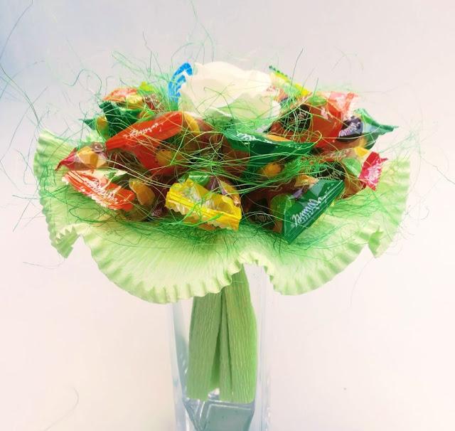 Kolorowy bukiet z cukierku na urodziny dla dziecka