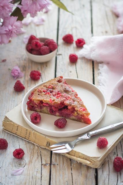 Gâteau moelleux aux framboises et pralines roses