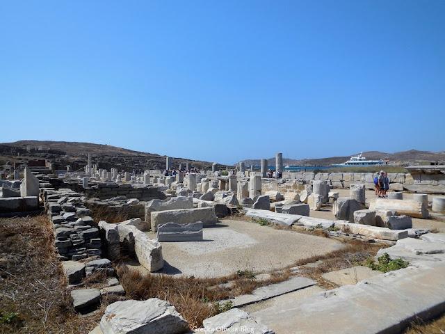 zabytkowe ruiny, turyści, statek, błękinte greckie niebo i morze, Delos Grecja Cyklady