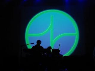 Larry Fast con el logo de Synergy al fondo durante su actuación en la décima edición del NEARfest en 2008