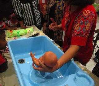 Praktek Memandikan, Membedong dan Merawat Tali Pusar Bayi 8