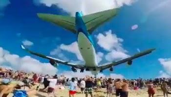 Εικόνα - σοκ: Αεροπλάνο περνάει ακριβώς πάνω από τα κεφάλια των ανθρώπων