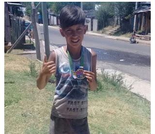 Niño de 12 años gana carrera corriendo descalzo