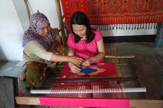 belajar menenun di desa sukarara lombok