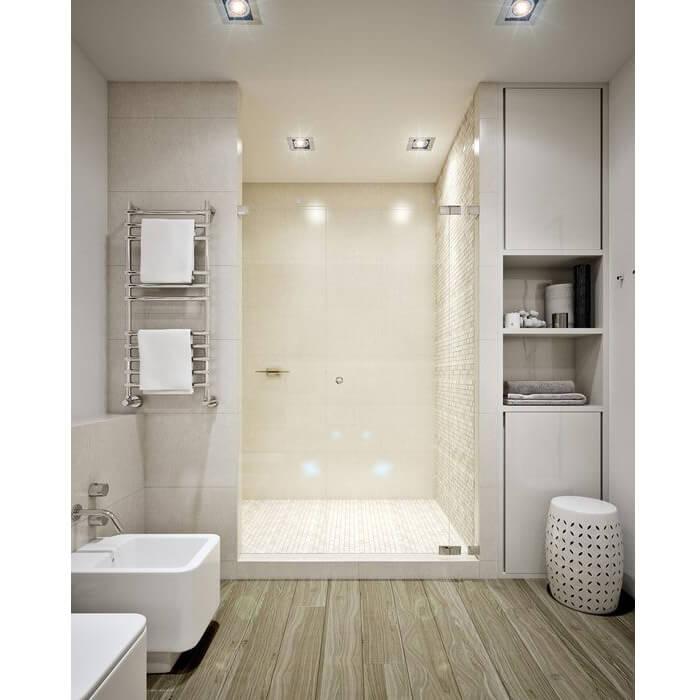 Bagno con doccia ricavata in una nicchia con anta trasparente a battente
