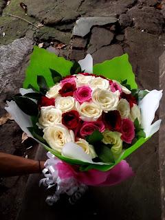 Hand Bouquet Mawar Merah, Putih, dan Pink