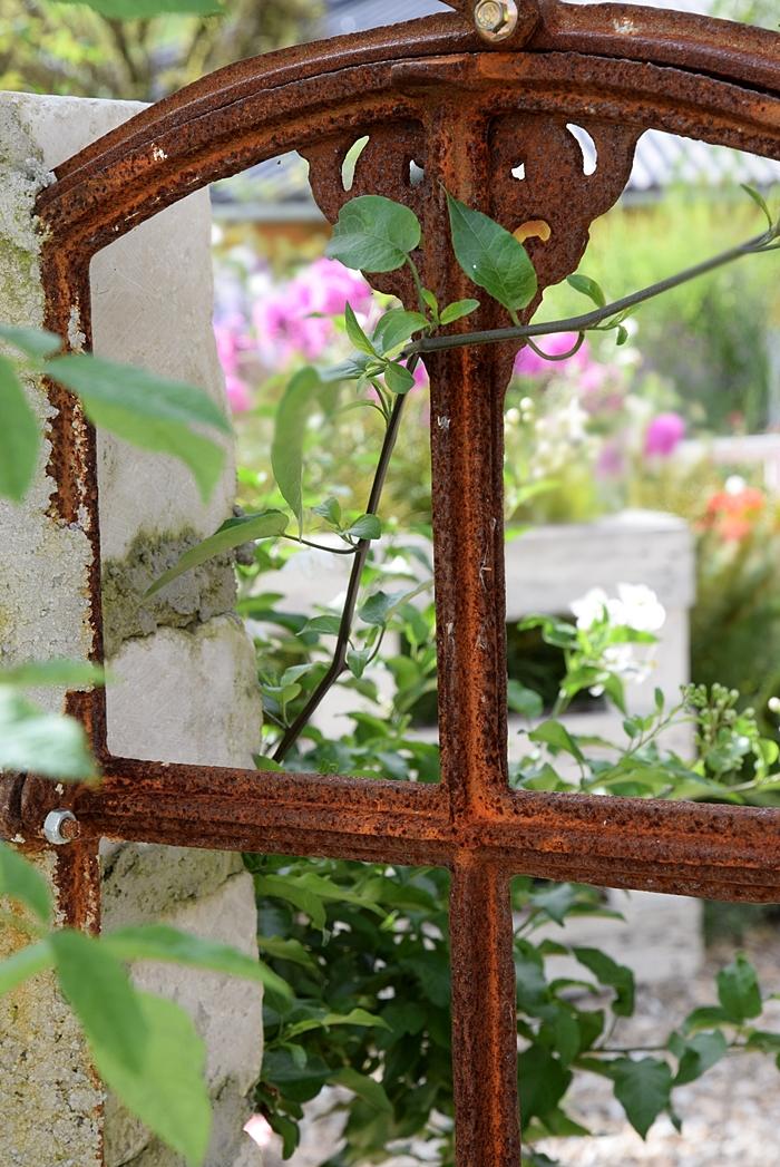 Antikes Eisenfenster für den Garten.