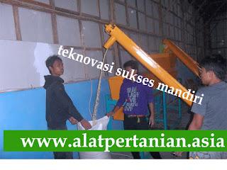 Penggunaan Screw Conveyor untuk memindahkan bahan ke dalam karung